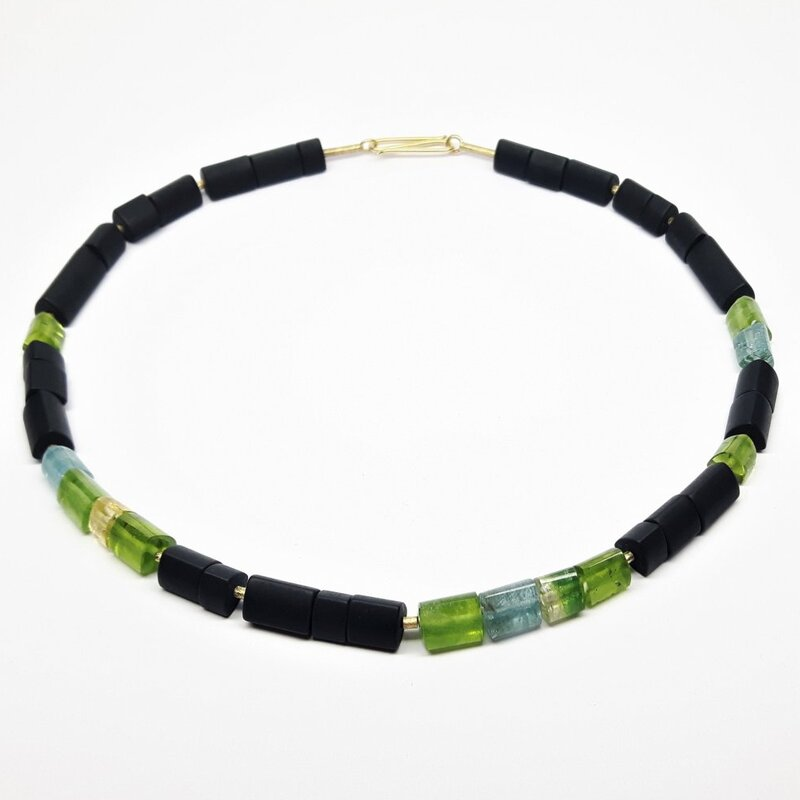 Collier en onyx, tourmaline, aigue-marine, béryl d'or et éléments en or jaune 18kt.