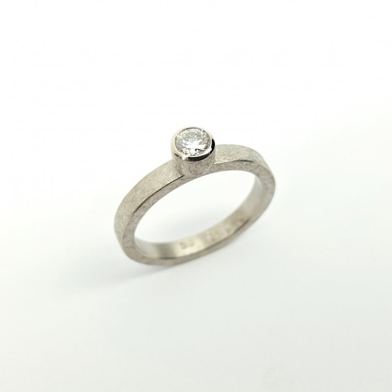 Bague solitaire en or blanc 18kt et brillant 0,25ct.
