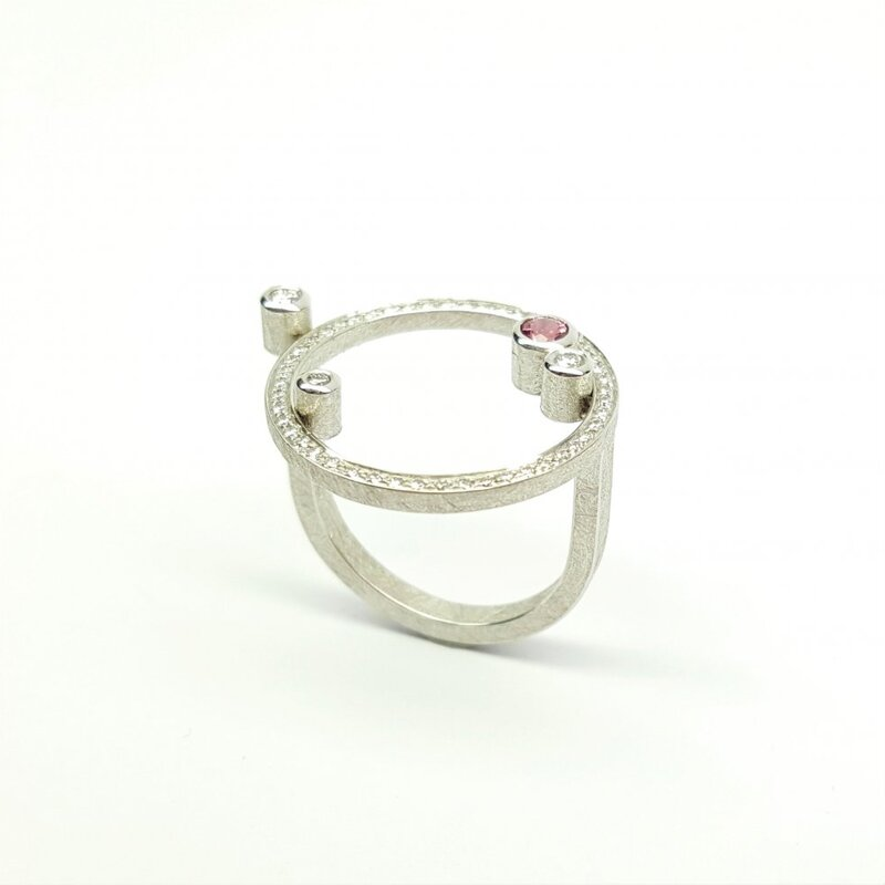Bague en or blanc 18kt, 51 brillants et une tourmaline rose.