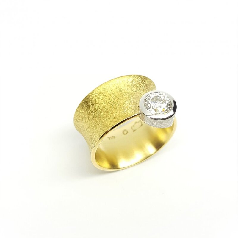 Bague solitaire en or jaune et blanc 18kt et brillant à 1,00ct.