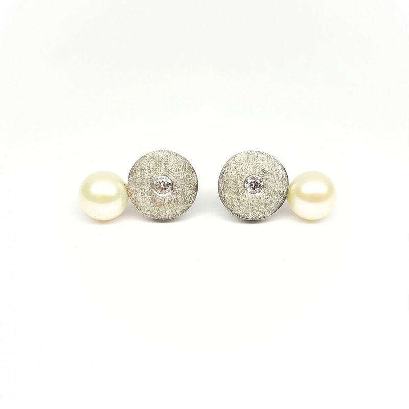 Boucles d'oreilles, or blanc 18kt, brillants et perles de culture.