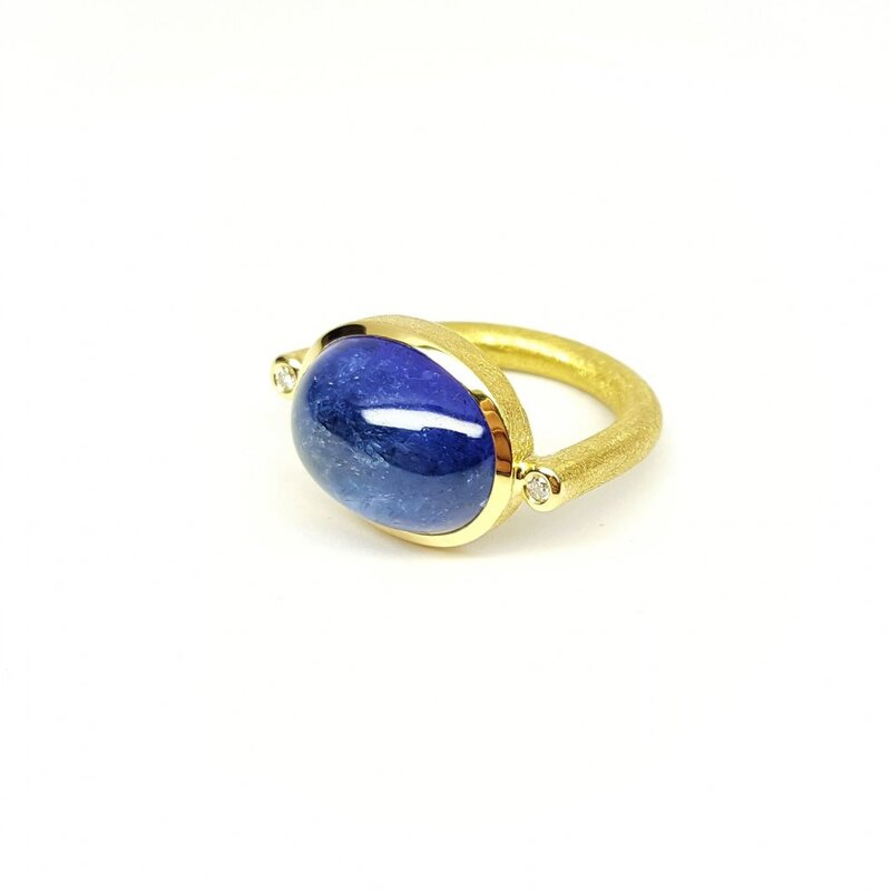 Bague en or jaune 18kt sertie d'une tanzanite et diamants.